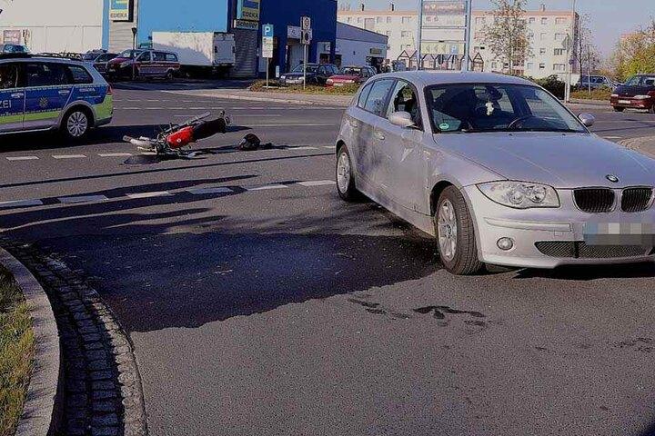 Das Moped war gegen die Beifahrerseite des BMWs geknallt.