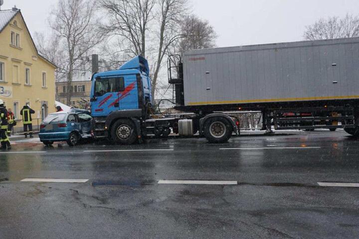 Der Fahrer des Autos wurde verletzt.
