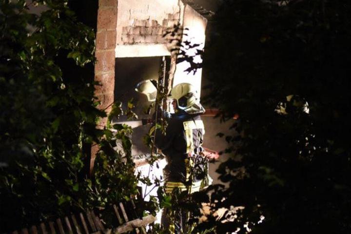Indes bekämpften die Feuerwehrleute den Brand.
