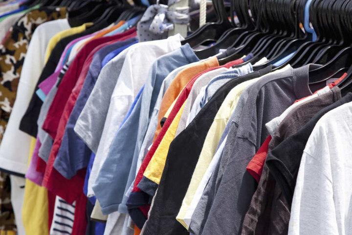 Auf dem Indoor Flohmarkt in Gütersloh gibt es nicht nur Kleidung.