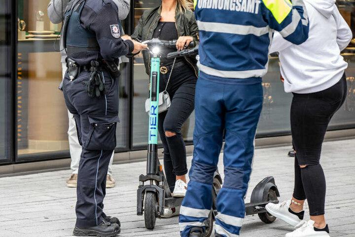 Beamte des Ordnungsamtes Kontrollieren zwei Frauen mit E-Scootern. (Archivbild)