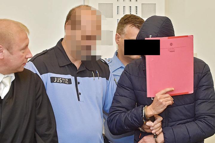 Der Angeklagte Radouan K. (27) wird ebenfalls in Handschellen in den Gerichtssaal geführt.