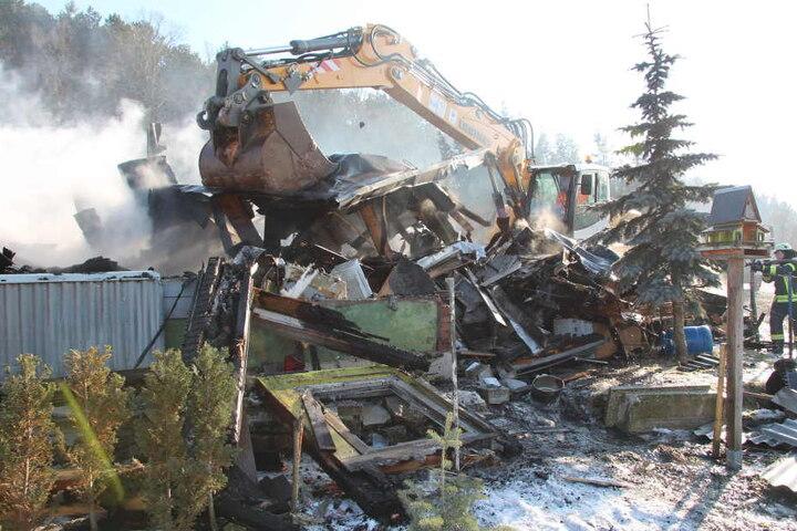 Die Laube musste abgerissen werden um das Feuer komplett zu löschen.