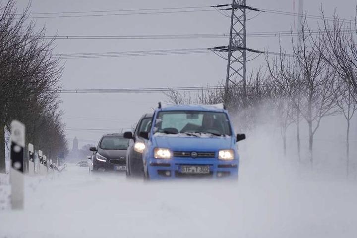 Auf den Straßen kommt es immer wieder zu Schneeverwehungen.