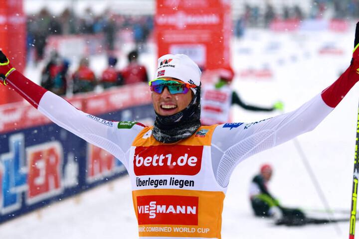 Nordische Kombination (Weltcup, Einzel, Großschanze, 10 km): Jarl Magnus Riiberaus aus Norwegen freut sich im Ziel über seinen Sieg.