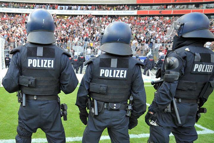 Fußballvereine könnten Polizeieinsätze bei Spielen künftig aus der eigenen Tasche zahlen müssen.