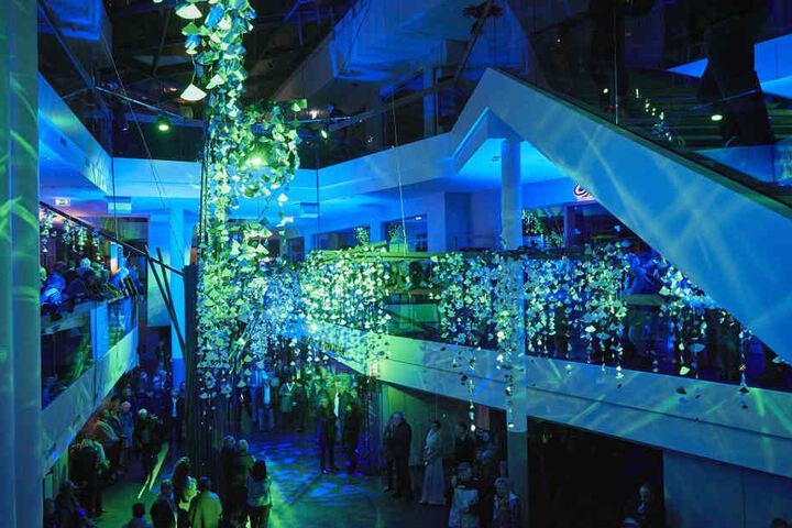 Der illuminierte Riesenbaum des Künstlers Michael Pendry zaubert eine fast  surreale Atmosphäre ins Quartier OF