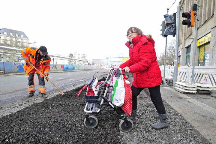 Rentnerin Martina Kahle (66) muss sich mit ihrem Rollator durch die Baustelle kämpfen.