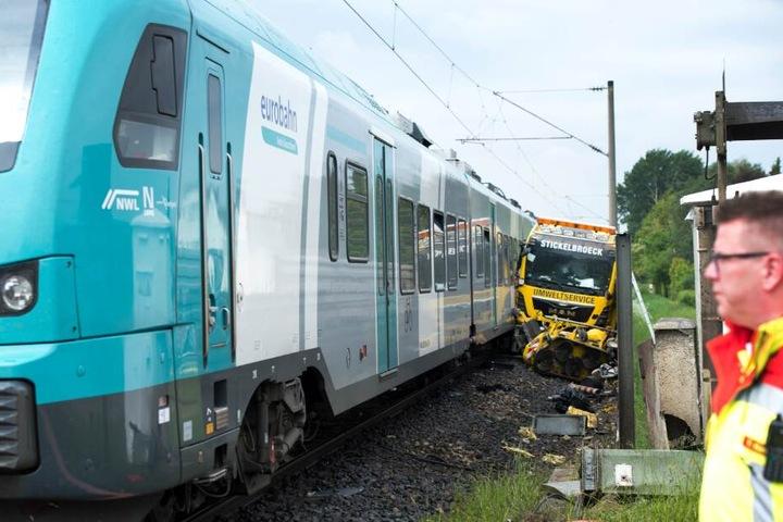 Der Lkw wurde von dem Zug beiseite geschoben.