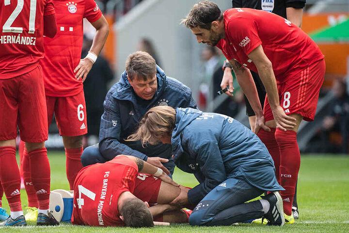 Die Bayern-Ärzte stehen um den Nationalverteidiger.