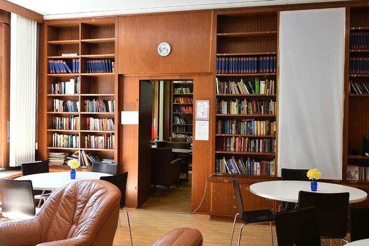 Die originalen Bibliothekseinbauten im ehemaligen Wohnhaus von Walter Ulbricht.
