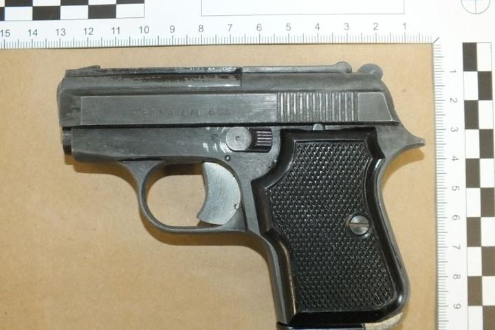 Diese Pistole lag unter einer Jacke im Fahrzeug