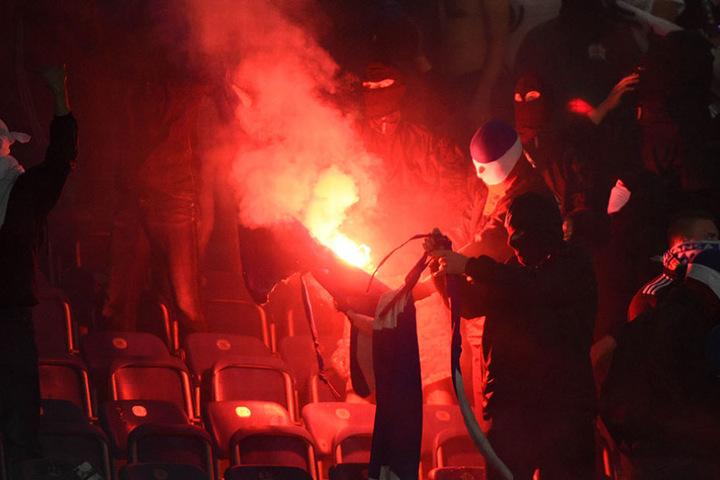 Rostocker Hooligans zündeten Stadionsitze und ein Banner der Berliner am Montagabend an.
