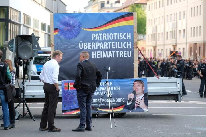 André Poggenburg (weißes Hemd) kurz vor seiner Kundgebung in Connewitz.