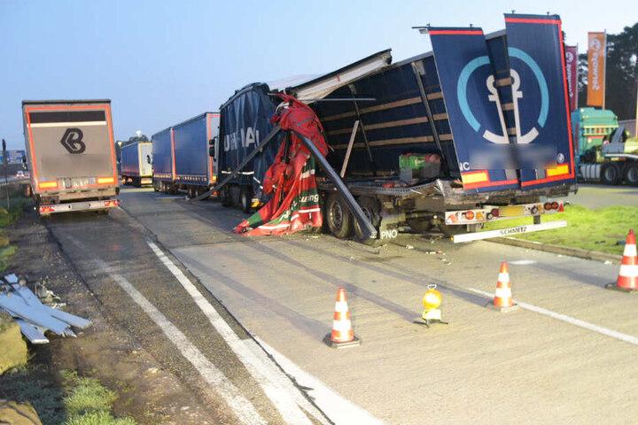 Nicht zu übersehen: Auch dieser Lastwagen wurde auf der Rastanlage schwer beschädigt.