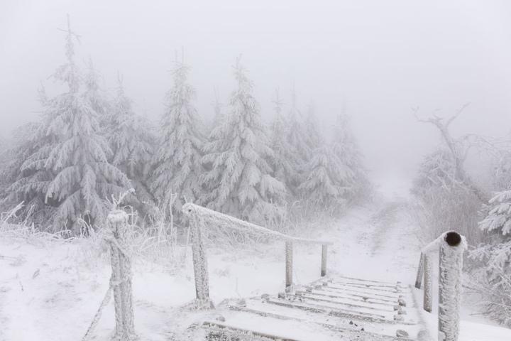 Tiefster Winter herrscht auf dem Fichtelberg.
