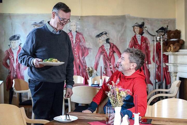 """Wirt Peter Zankoff (l.) betreibt seit 20 Jahren das """"Bischof 72"""" mit je 60 Plätzen drinnen und draußen. Den leckeren Mittagstisch (ab 6,50 Euro) mag auch Stammgast Ron Ringguth."""