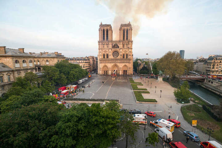 Rauch steigt über der Pariser Kathedrale Notre-Dame auf.