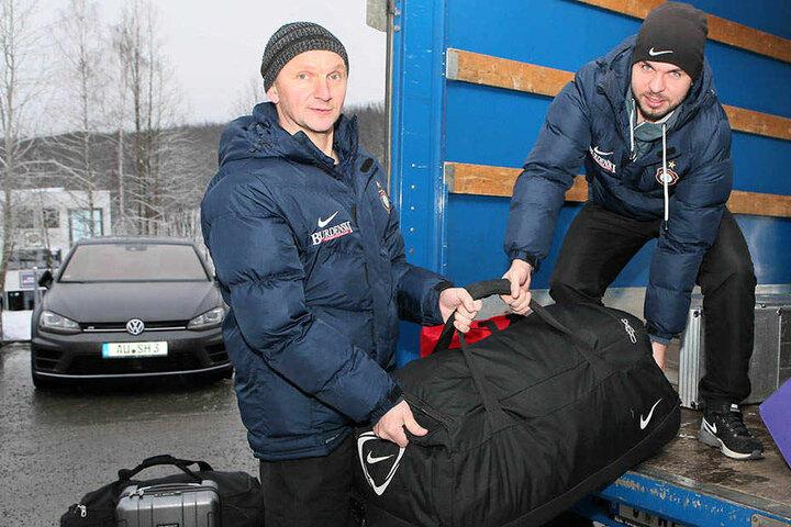 Schwere Arbeit! Tommy Käßemodel (r.) und Thomas Romeike packen das Equipment in den Kleintransporter.