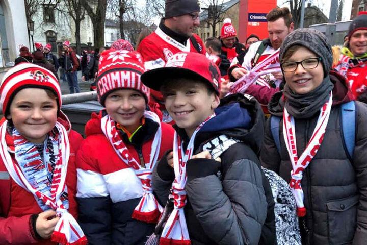 Auch die jüngsten Eispiraten-Anhänger gingen mit auf die Reise nach Deggendorf: Hugo (v.l.), Nik, Eddie und Sete.