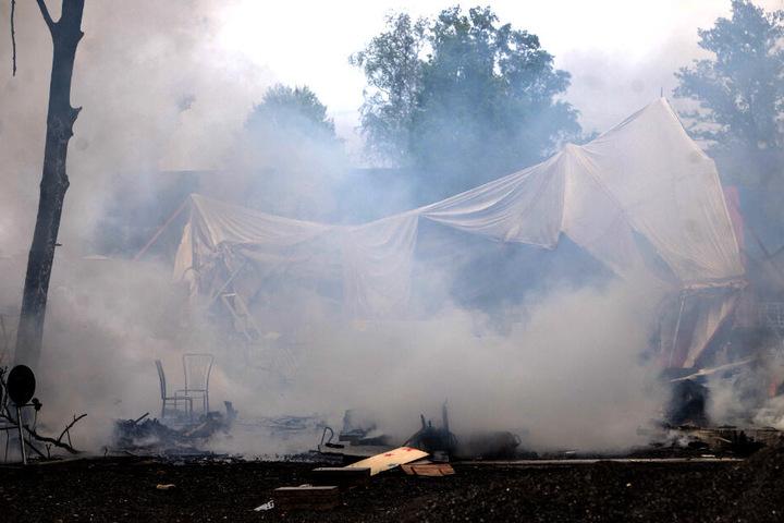 Eine Unterkunft auf dem Gelände stürzte während des Feuers zusammen.