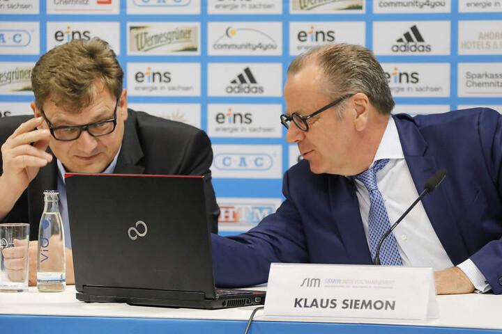 Pressekonferenz zur Vereinssituation im April 2018, rechts Insolvenzverwalter Klaus Siemon.