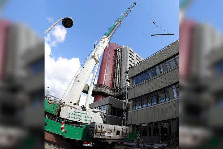 Der 280-Tonnen-Kran hat alle Hand zu tun: Die Bauarbeiten dauern noch bis Mitte 2017 an.