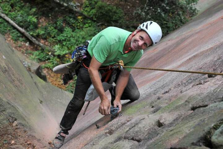Wido Woicik (52) bringt neue Sicherungshaken an einer Kletterroute an.
