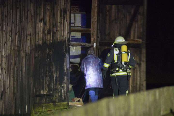 An einer Scheune in Schönfeld brannten mehrere Mülltonnen.