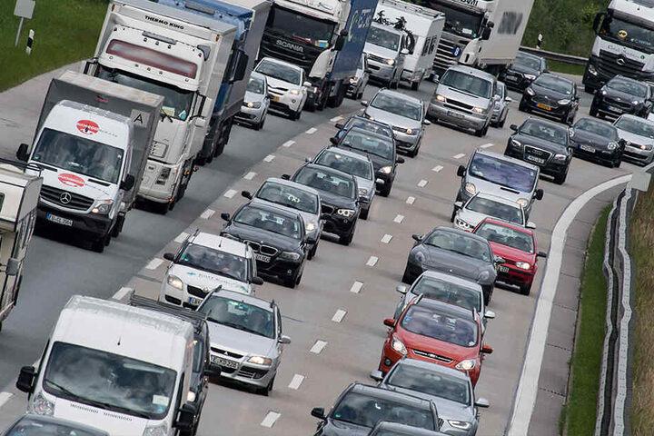 Auf der A4 gibt es nach einem Unfall Stau. (Symbolbild)