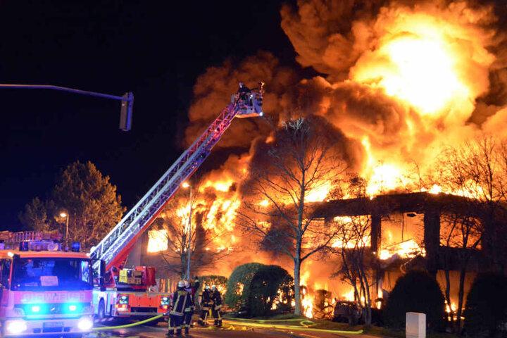 Bei der Bekämpfung des Brandes wurden zwei Feuerwehrmänner verletzt.