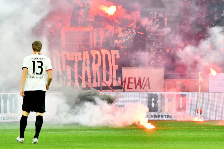 Der Anpfiff des Bundesliga-Spiels musste wegen der Pyro-Krawalle der Eintracht-Fans um zehn Minuten verschoben werden.