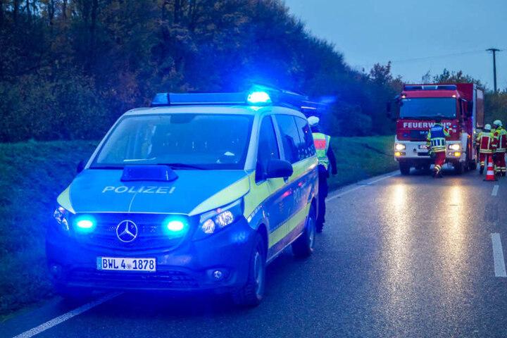 Einsatzkräfte sperrten die Straße halbseitig ab.