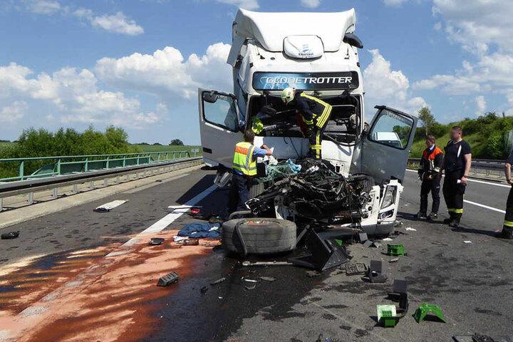 Der Lasterfahrer wurde schwer verletzt.