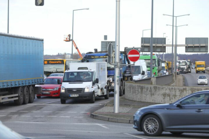 Im Bereich der Kreuzung kam es zu teils massiven Verkehrsbehinderungen.