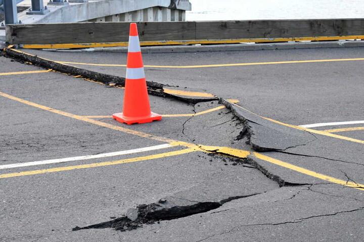 Bei Tageslicht wurden viele Schäden des Erdbebens sichtbar.