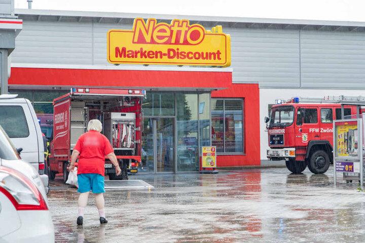 Für die Kunden ärgerlich, für die Mitarbeiter möglicherweise noch schlimmer: Der Regenguss spülte jede Menge Wasser in den Supermarkt.