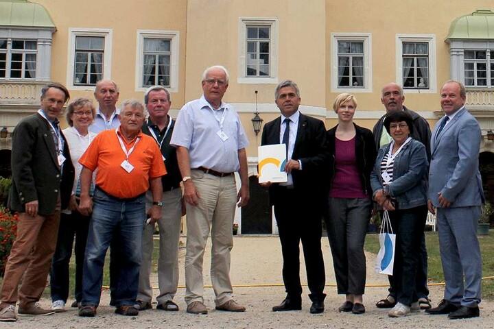 Ausgezeichnet: Der Bautzner Landrat Michael Harig (57, CDU, mittig mit Mappe) ehrte die Mitglieder der Interessengemeinschaft. Ganz links Steffen Frenzel (61), rechts Gemeinde-Bürgermeister Michael Langwald (53, parteilos).