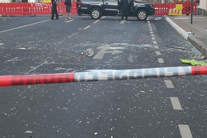 Die Oststraße vor dem Dönerladen ist mit Glassplittern übersät. Die Trümmer flogen bis zu 25 Meter weit.