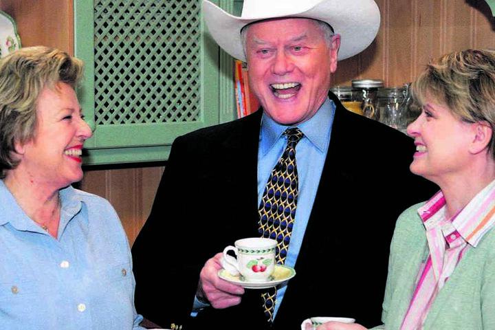 """Hollywood-Glanz in der """"Lindenstraße"""": 2005 hatte """"Dallas""""-Star Larry Hagman (†81) einen kurzen Auftritt. Im Reisebüro von Helga Beimer buchte er einen Flug - natürlich nach Dallas."""