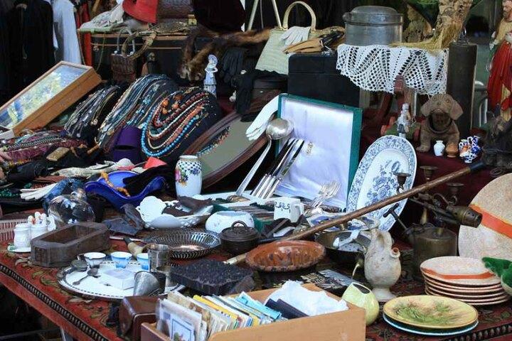 Hipper Markt mit einem Mix aus Designstücken und Flohmarktteilen.
