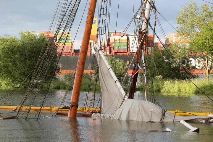 """Das gesunkene historische Segelschiff """"No 5 Elbe"""" liegt im Hafen von Stadersand fast gänzlich unter Wasser. Das erst jüngst aufwendig sanierte historische Segelschiff ist auf der Elbe mit einem Containerschiff kollidiert und gesunken."""
