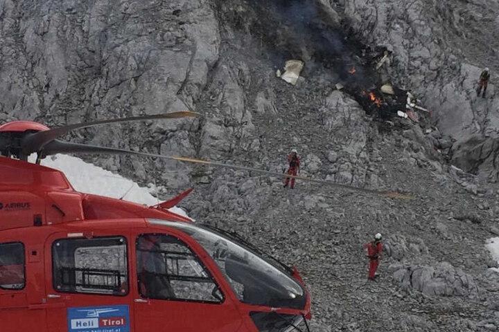 Rettungskräfte stehen an der Unfallstelle im Wettersteingebirge.