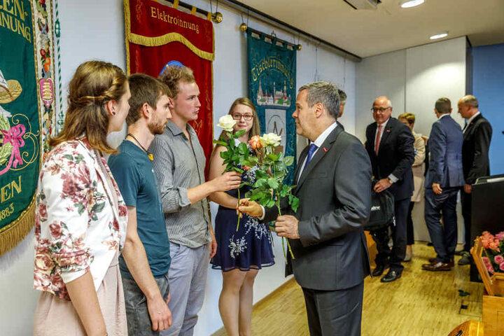 Der Präsident der Handwerkskammer Dresden Jörg Dittrich gratuliert den besten  Gesellen im Bezirk.