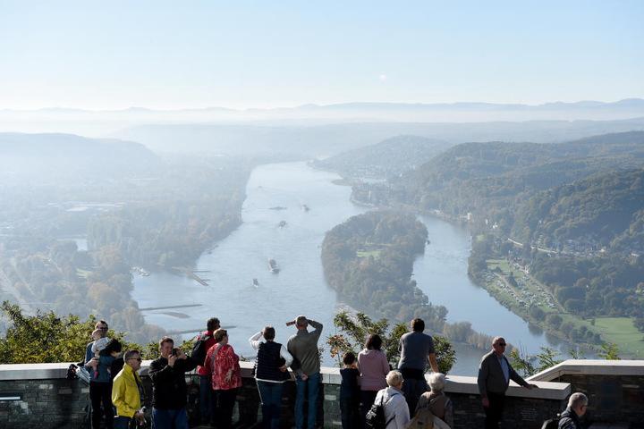 Besucher auf dem Drachenfels mit Blick über das Rheintal.
