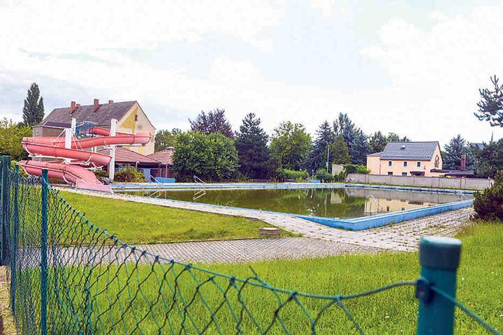 Wegen Baumängeln seit fünf Jahren dicht: Die Stadt erarbeitet derzeit ein  neues Nutzungs-Konzept für das Terence-Hill-Freibad.