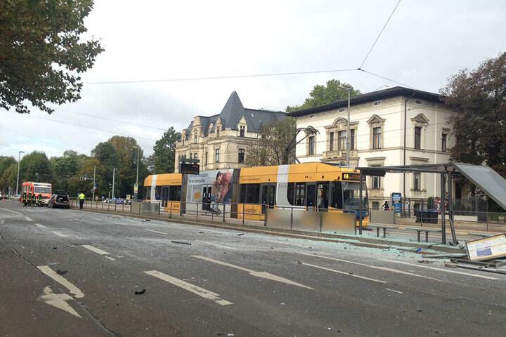 Die Karl-Tauchnitz-Straße ist von Glasscherben übersät.