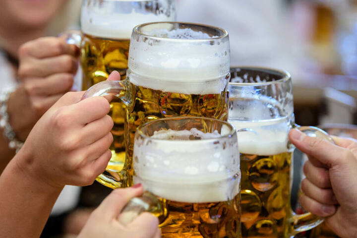 Auf dem Oktoberfest hatte der Schweizer zu viel Bier, und stürzte später ins Bahngleis. (Symbolbild)