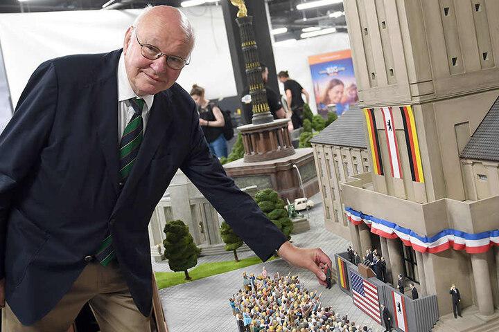 """Der ehemalige Bürgermeister von Berlin, Walter Momper (SPD), setzt in der Miniaturwelt """"Little Big City"""" seine Figur behutsam vor dem Rathaus Schöneberg in Szene."""