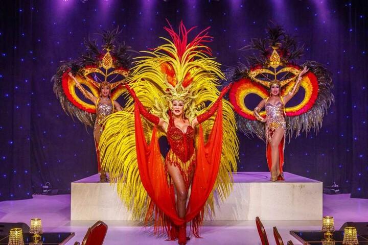 """Für die neue Show """"Eine Reise um die Welt"""" ließ sich Zora Schwarz (Mitte)  Kostüme in Thailand herstellen."""
